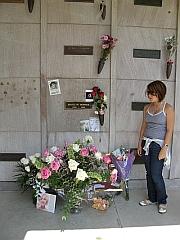 Michelle bij het graf van Marilyn Monroe