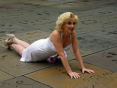 Marilyn Monroe fan bij handafdrukken voor Chinese Theater, Hollywood