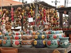 Een kraampje met kleurrijk aardewerk