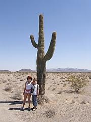 Michelle & Joshua bij een saguaro cactus